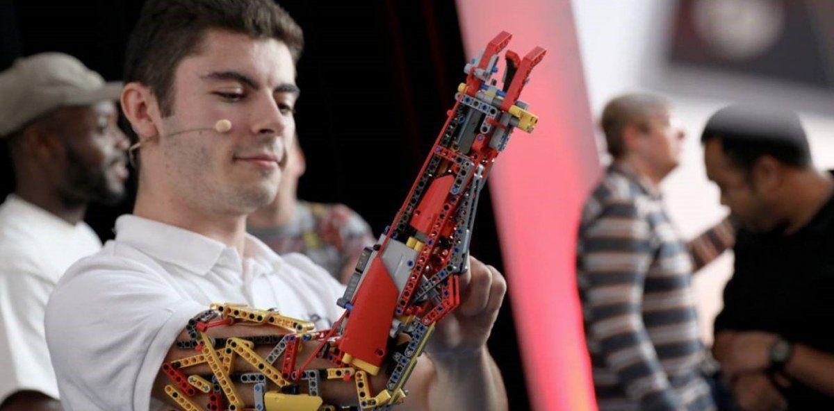 La increíble historia del joven manco que construyó su propia prótesis con piezas Lego