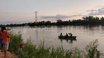 El joven buscado tiene 17 años y se arrojó al río esta tarde.