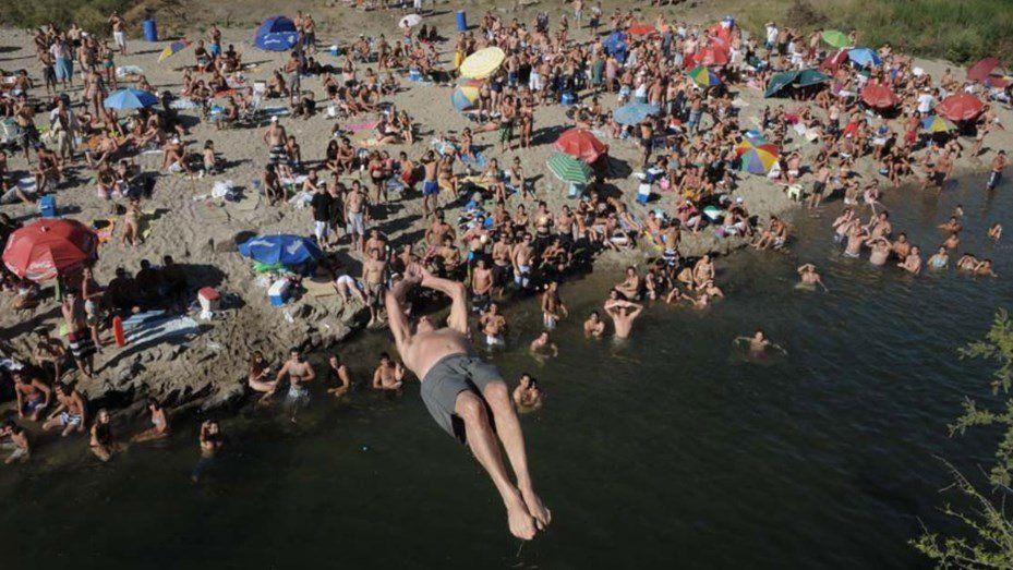 Impresionante: tiene 73 años y se tira de espaldas al río desde siete metros de altura