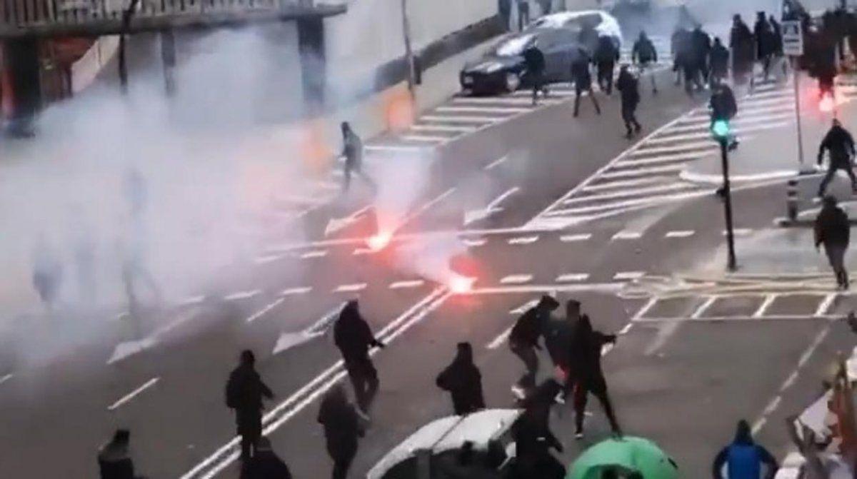 Video: Violento enfrentamiento entre los hinchas de Valencia y Barcelona