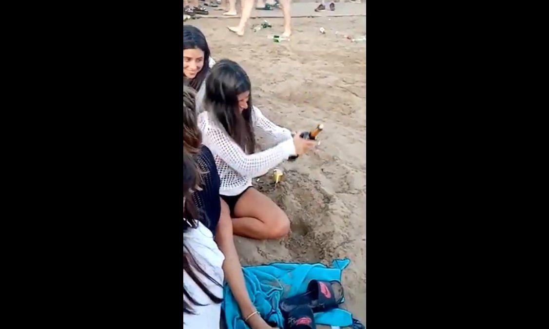 Destapo una botella de vino en la arena y se hizo viral