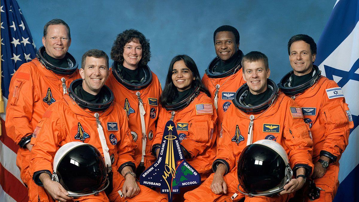 Los siete miembros de la tripulación STS-107. Sentados al frente están los astronautas Rick D. Husband (izquierda)