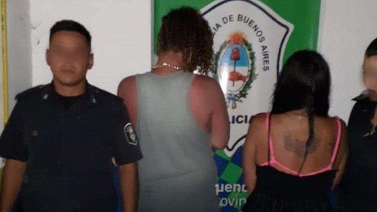 Liberaron a la pareja que para bañarse enterró en la arena a su hija, quien está en guarda judicial