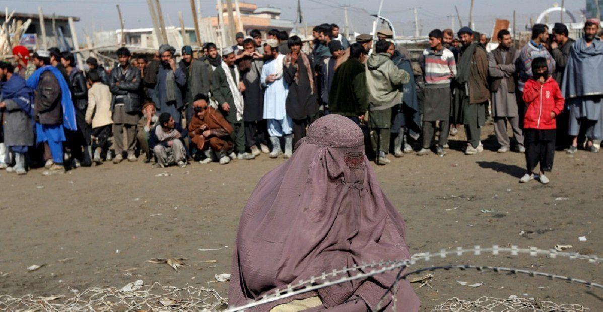 Video: tremendo ataque de una muchedumbre que lapida a una mujer en Afganistán
