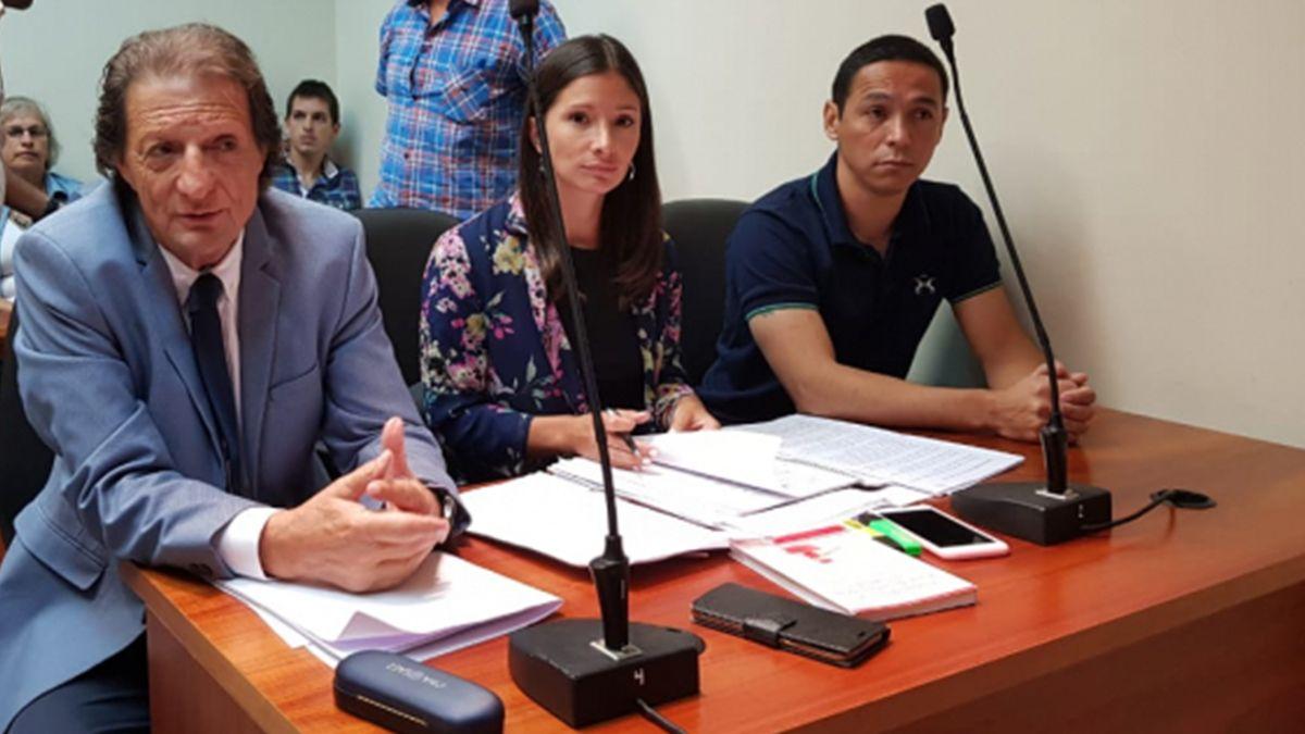 El imputado Juan Valdez junto a sus abogados defensores