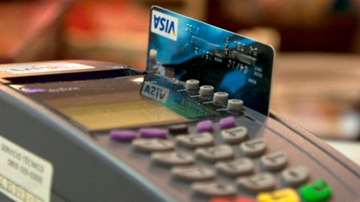 Las tasas que cobran los bancos se mantienen altas y el consumo no despega