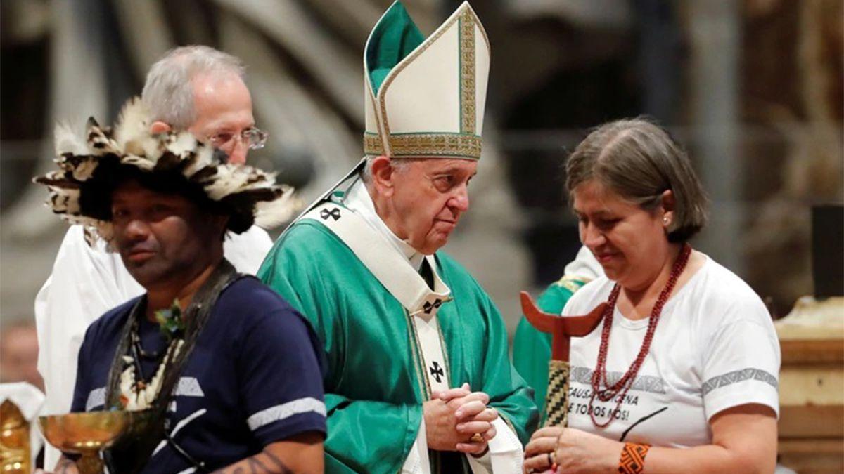 El papa Francisco saluda a participantes del Sínodo de la Amazonía en el Vaticano (Reuters)