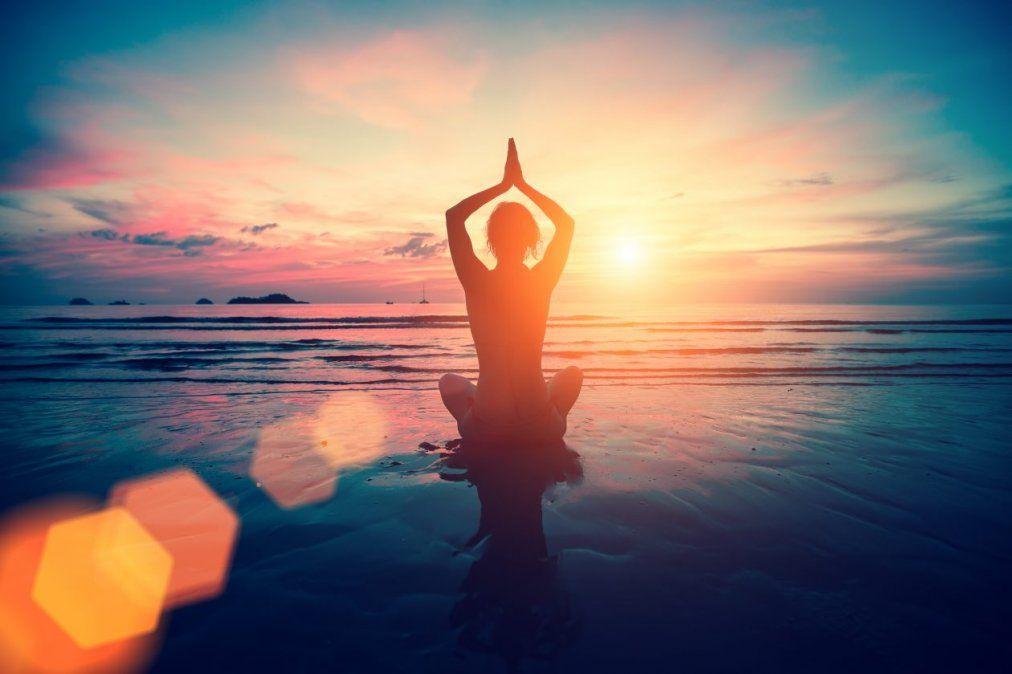 Celebrar cada nuevo día saludando al sol