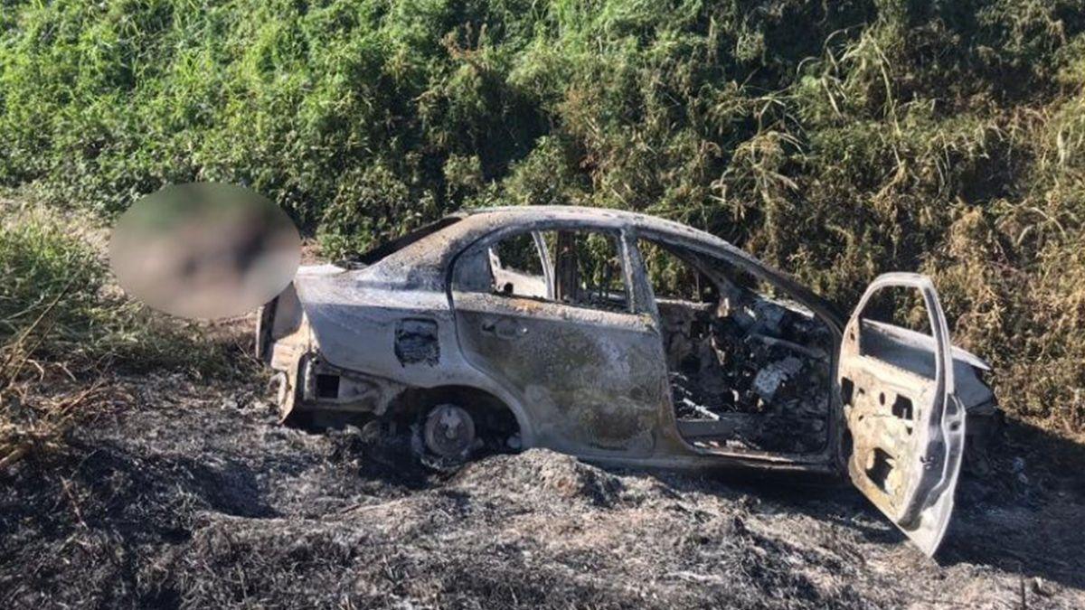 El cuerpo del hombre fue encontrado al lado del auto quemado.