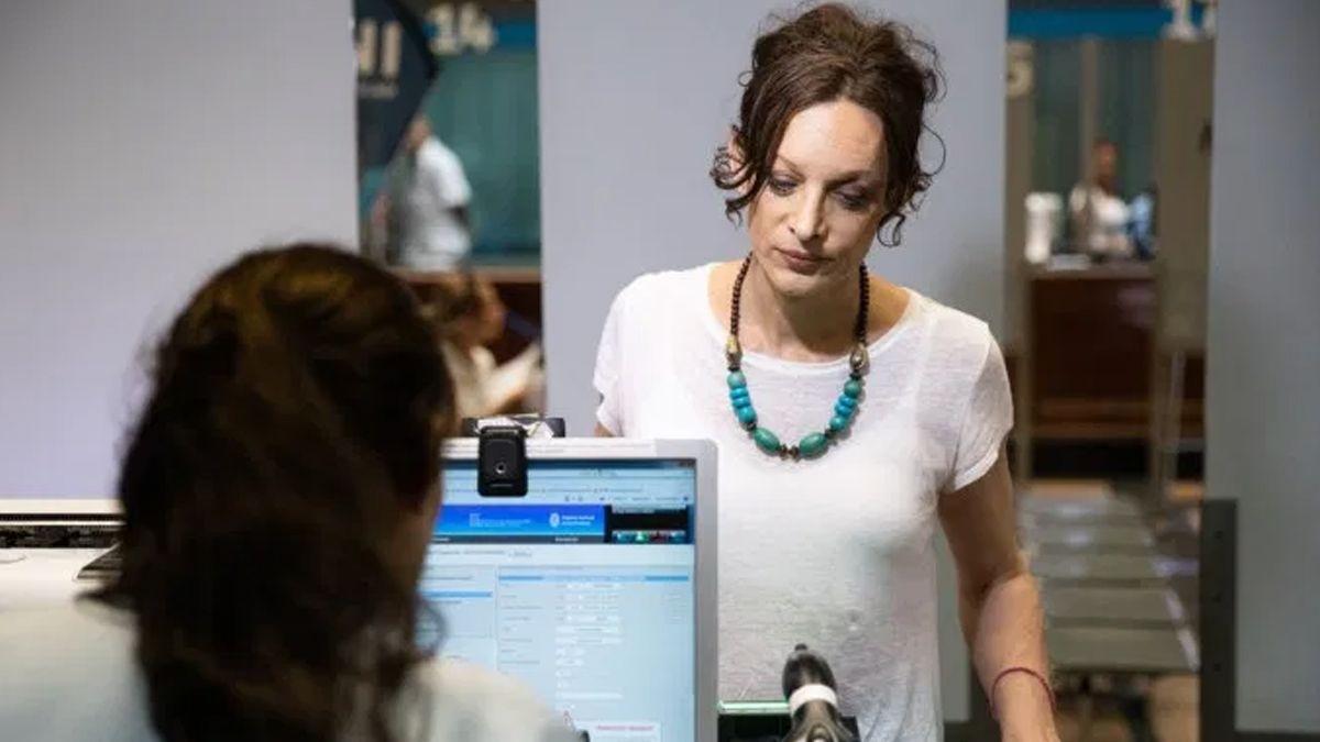 Médica, periodista y cantante: la mujer trans que recibirá el DNI 9.000