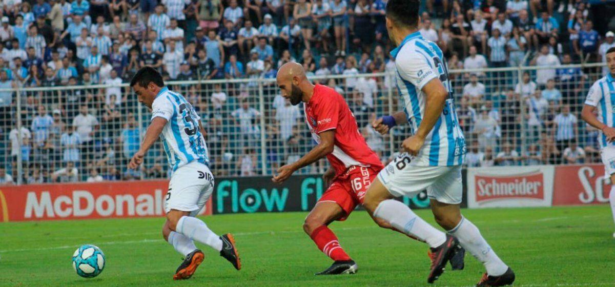 Argentinos venció a Atlético en Tucumán y dará pelea hasta el final