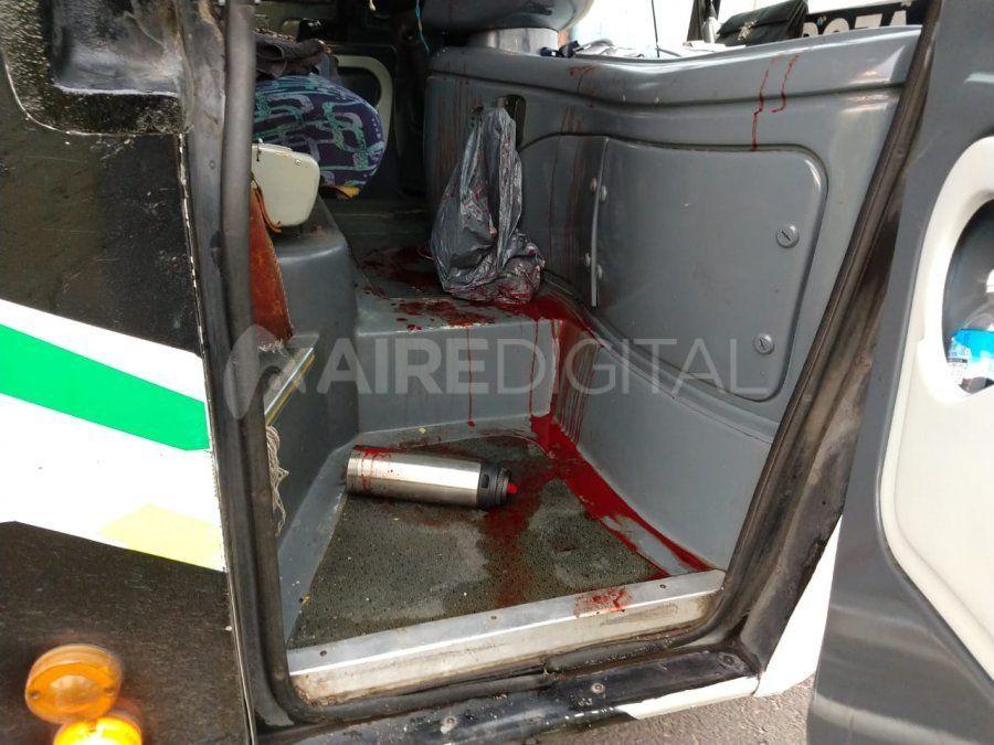 Una de las balas impactó en la puerta delantera derecha del colectivo Flechabus e hirió al acompañante del chofer.