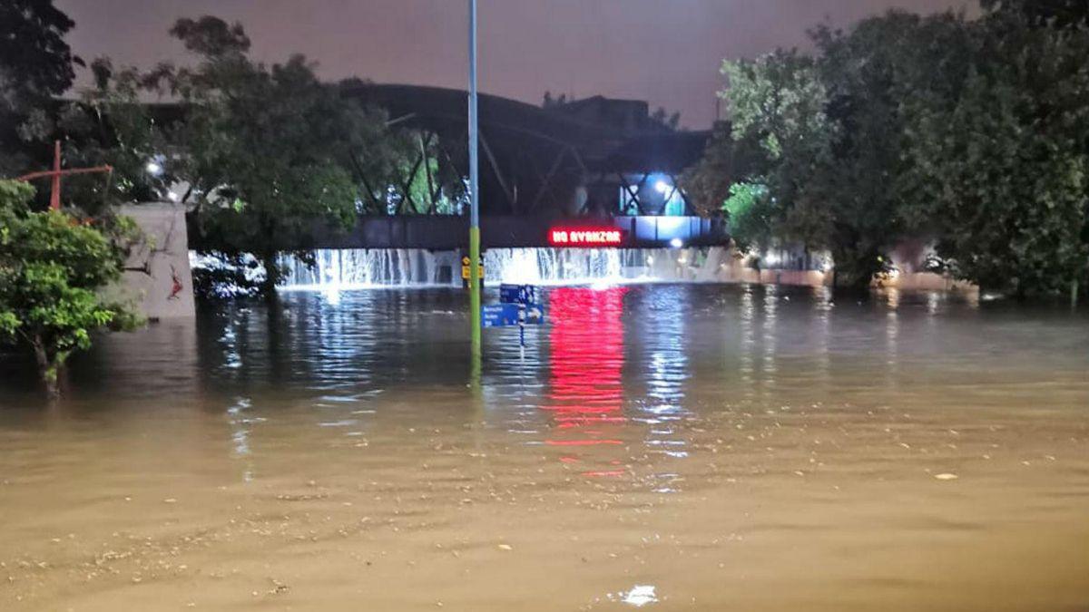 Un puente del casco céntrico en Tucumán desborda de agua. Se trata del puente ferroviario Central Córdoba