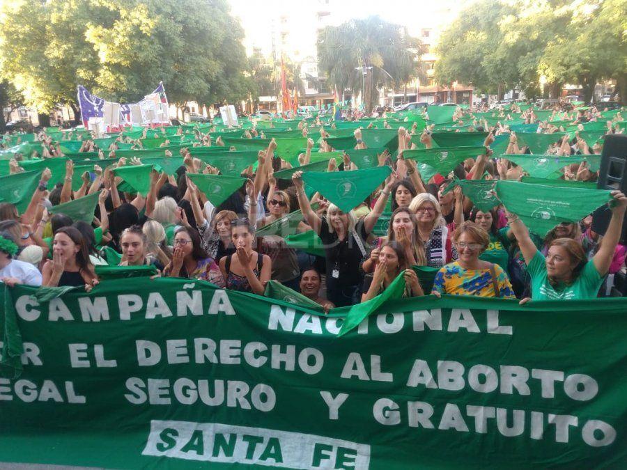 Miles de santafesinas pidieron con un pañuelazo que el aborto sea legal