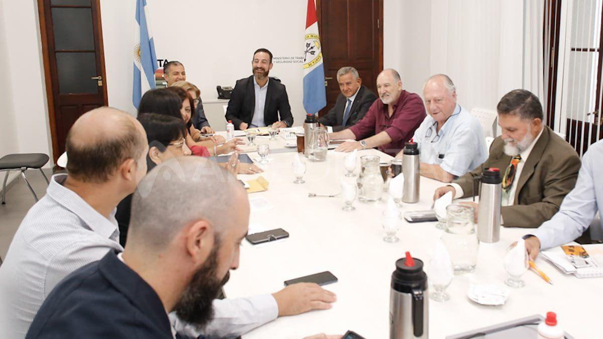 Reunión paritaria encabezada por el ministro Roberto Sukerman de la que participaron referentes de Amra y Siprus.