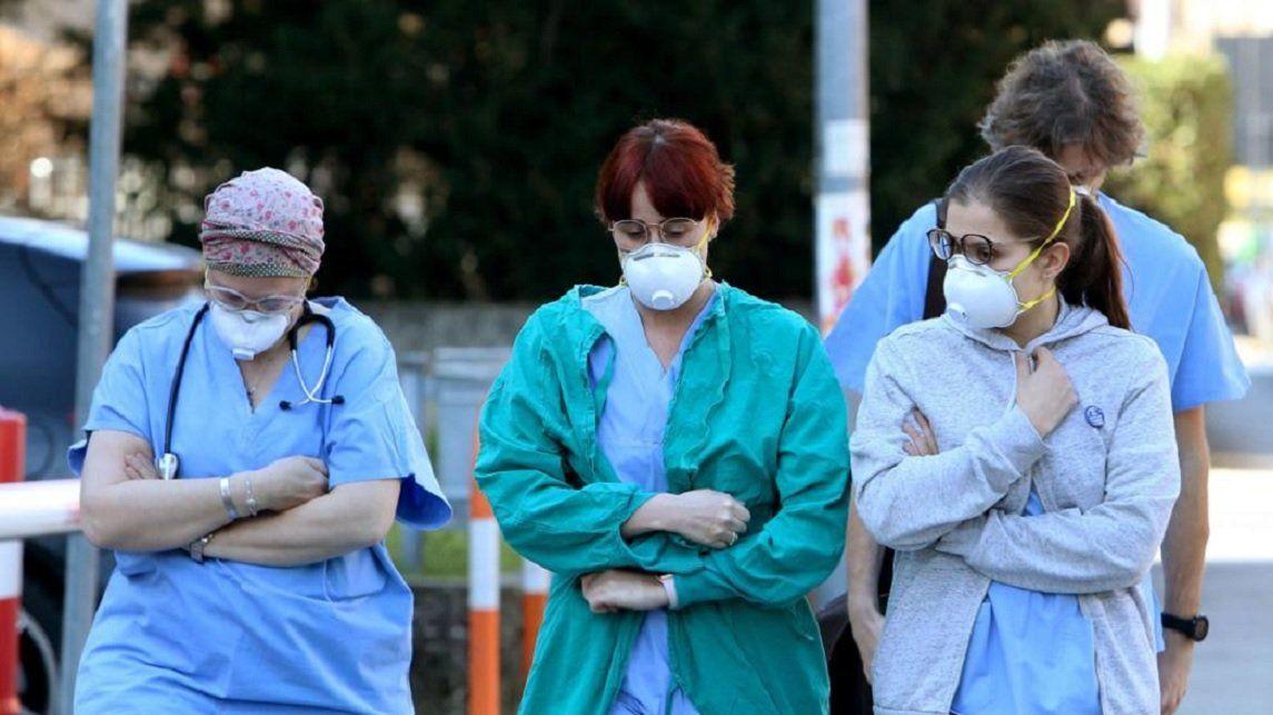 En Italia, los servicios de salud se vieron totalmente colapsados. La gente muere cada día de a centenares.