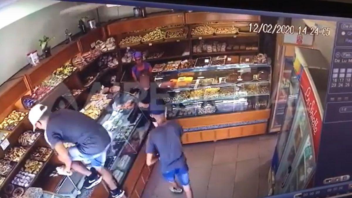 Uno de los asaltos quedó registrados por las cámaras de seguridad.