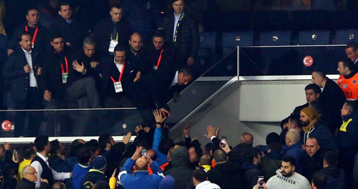 Fenerbahce perdió el clásico y su presidente se agarró a trompadas con hinchas
