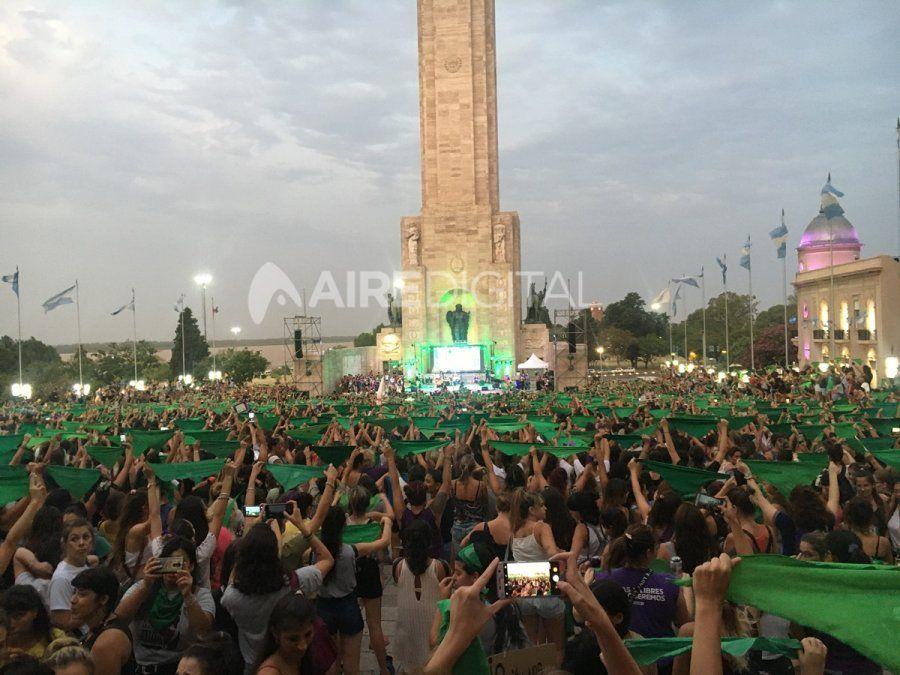 La movilización de las mujeres rosarinas se concentró en el Monumento a la Bandera.