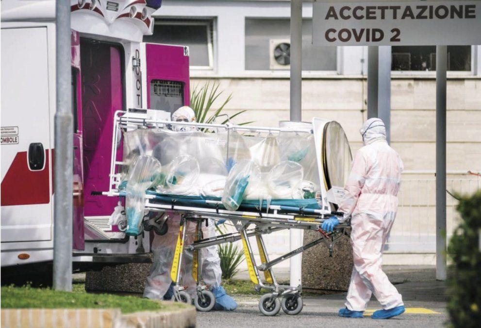 Así trasladan a un paciente con coronavirus.