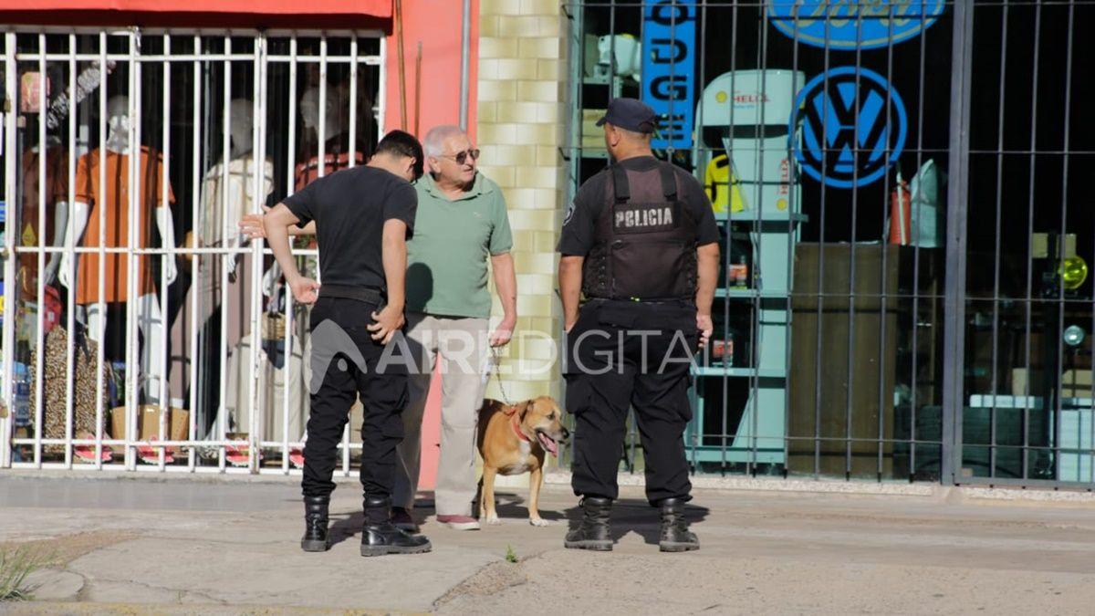 La policía interroga a un hombre en la calle este viernes en la ciudad de Santa Fe.