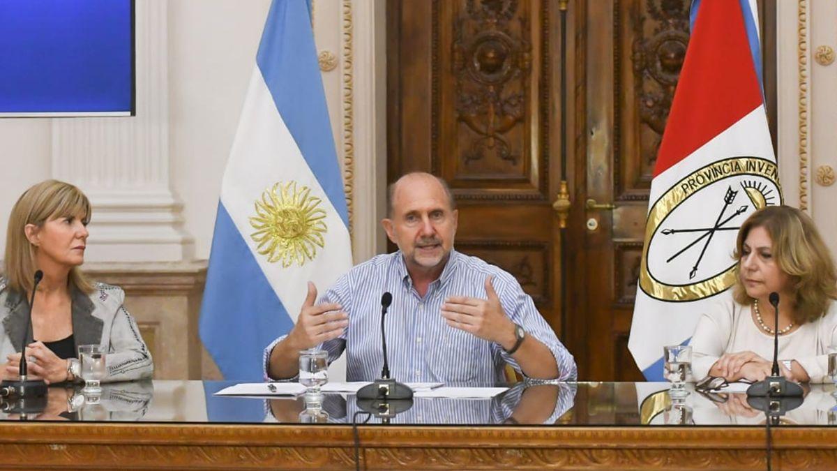Omar Perotti junto a la vicegobernadora Alejandra Rodenas y la secretaria de Salud