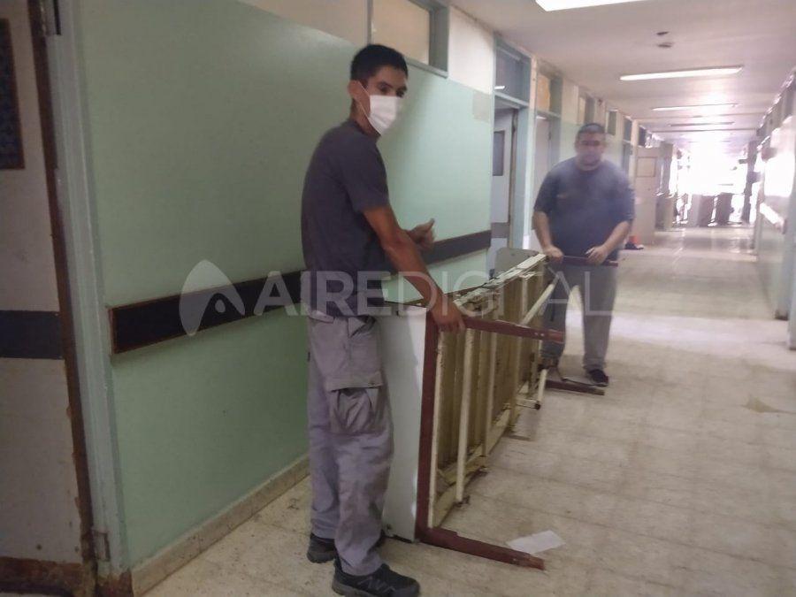 En un día, el personal del Servicio Penitenciario restauró 90 camas para el viejo Hospital Iturraspe