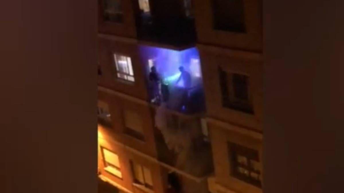 Los mejores videos de vecinos divirtiéndose durante la cuarentena en balcones y ventanas