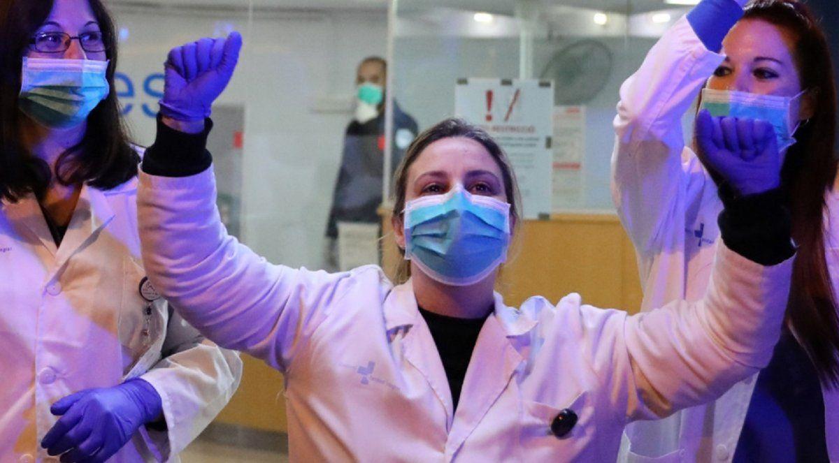 Video: Médicos aplauden a la primera paciente con covid-19 que abandona la unidad de cuidados intensivos