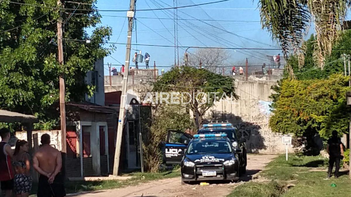 Motín en la cárcel de Las Flores: presos en los techos y detonaciones