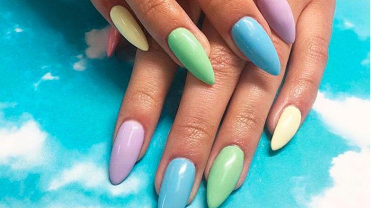 Pastel rainbow nails, la tendencia en manicura de este 2020