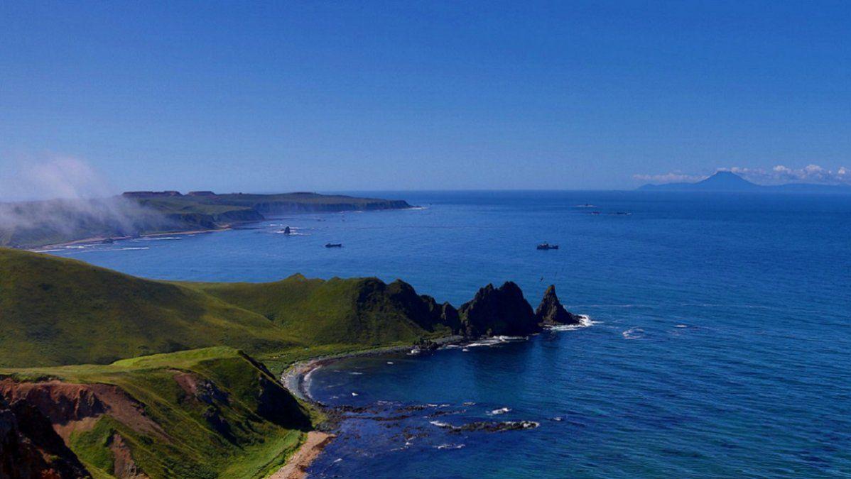 Video: una ola de tsunami golpea las costas de las islas Kuriles en Rusia