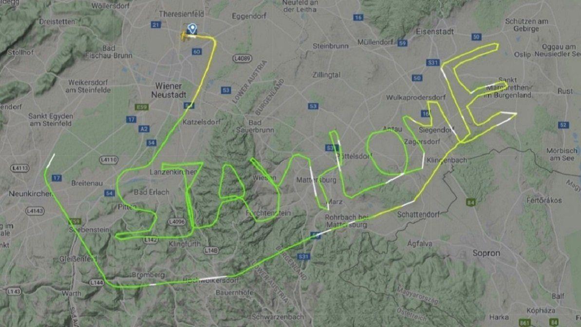 Foto: un piloto escribió en el cielo quédate en casa en medio de la pandemia