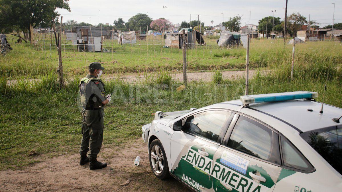 Un móvil de Gendarmería y otro de Policía de la Provincia permanecen observando la zona usurpada.