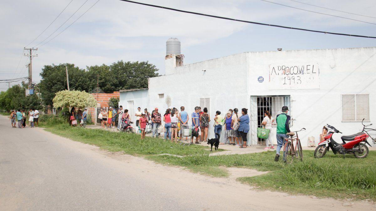 Cada mediodía y cada tarde, la gente se agolpa en el comedor comunitario ubicado a metros de las usurpaciones. Van a buscar el almuerzo y la copa de leche. El distanciamiento social por coronavirus no se cumple.