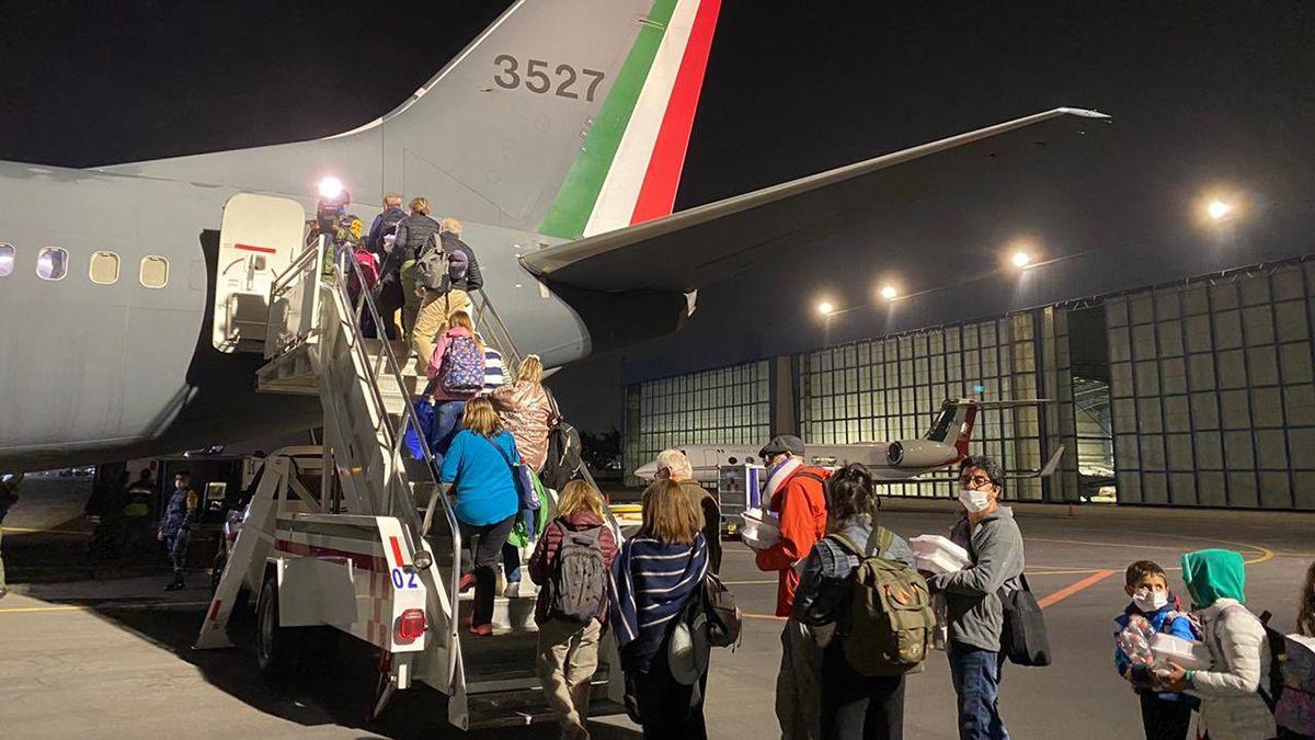 Unos 300 argentinos regresaron desde México en aviones de la Fuerza Aérea de ese país.