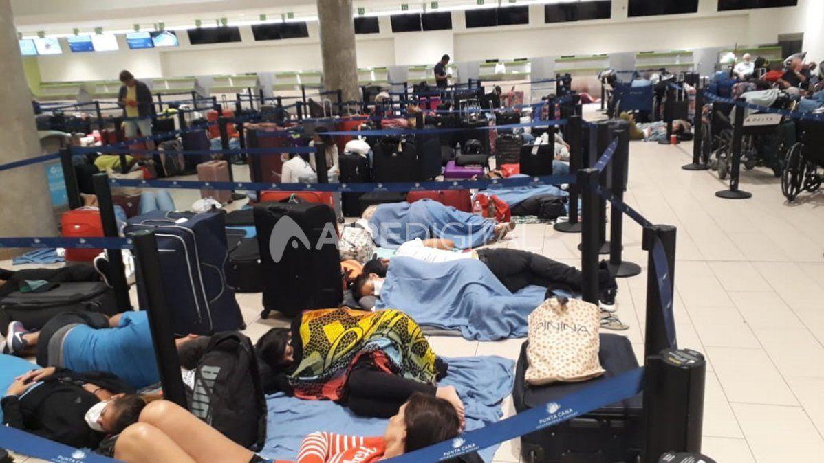 Cientos de argentinos durmieron en el piso del aeropuerto de Puna Cana
