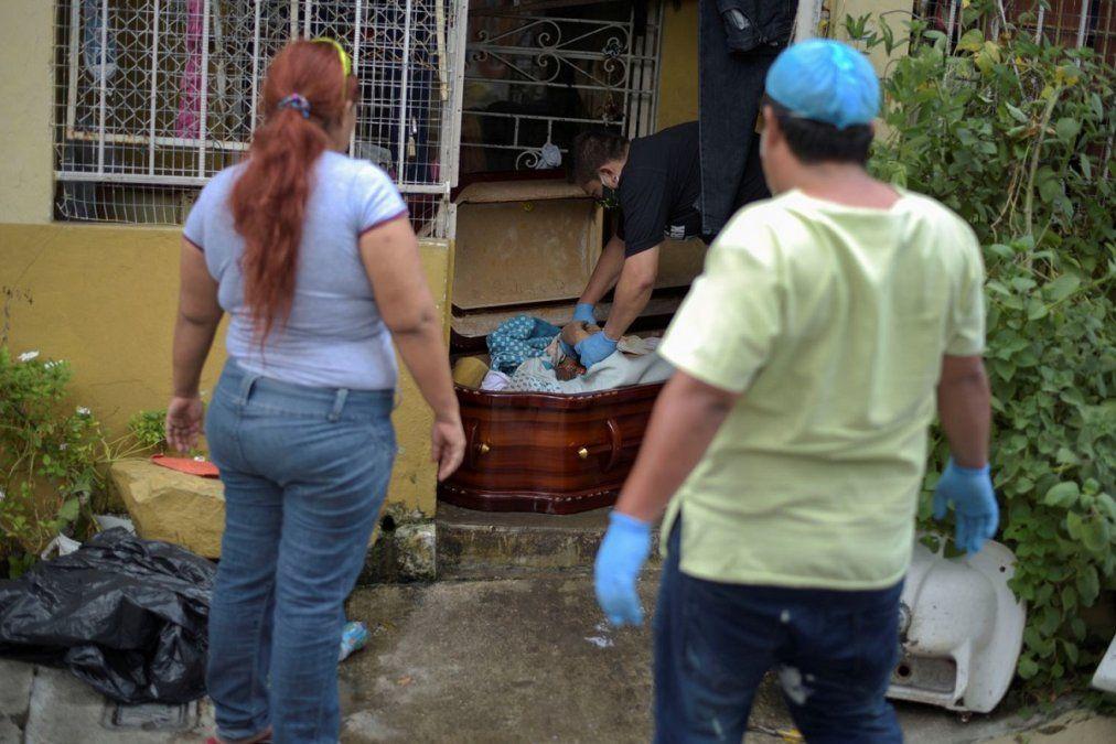 Retiran el cuerpo de una mujer fallecida en Ecuador ante los ojos de sus familiares