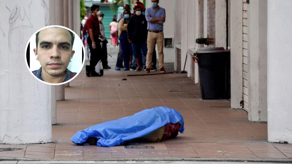 Las personas hacen cola frente a una tienda cerca del cadáver de un hombre en la ciudad de Guayaquil.