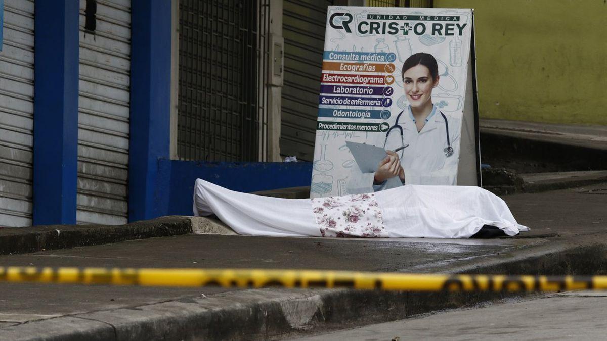 Una persona fallecida por coronavirus en las puertas de un centro médico de Guayaquil