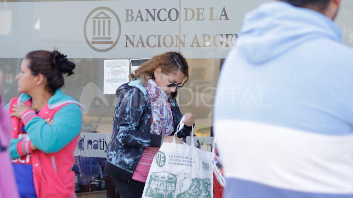 Jubilados y beneficiarios de asignaciones en una sucursal del banco Nación