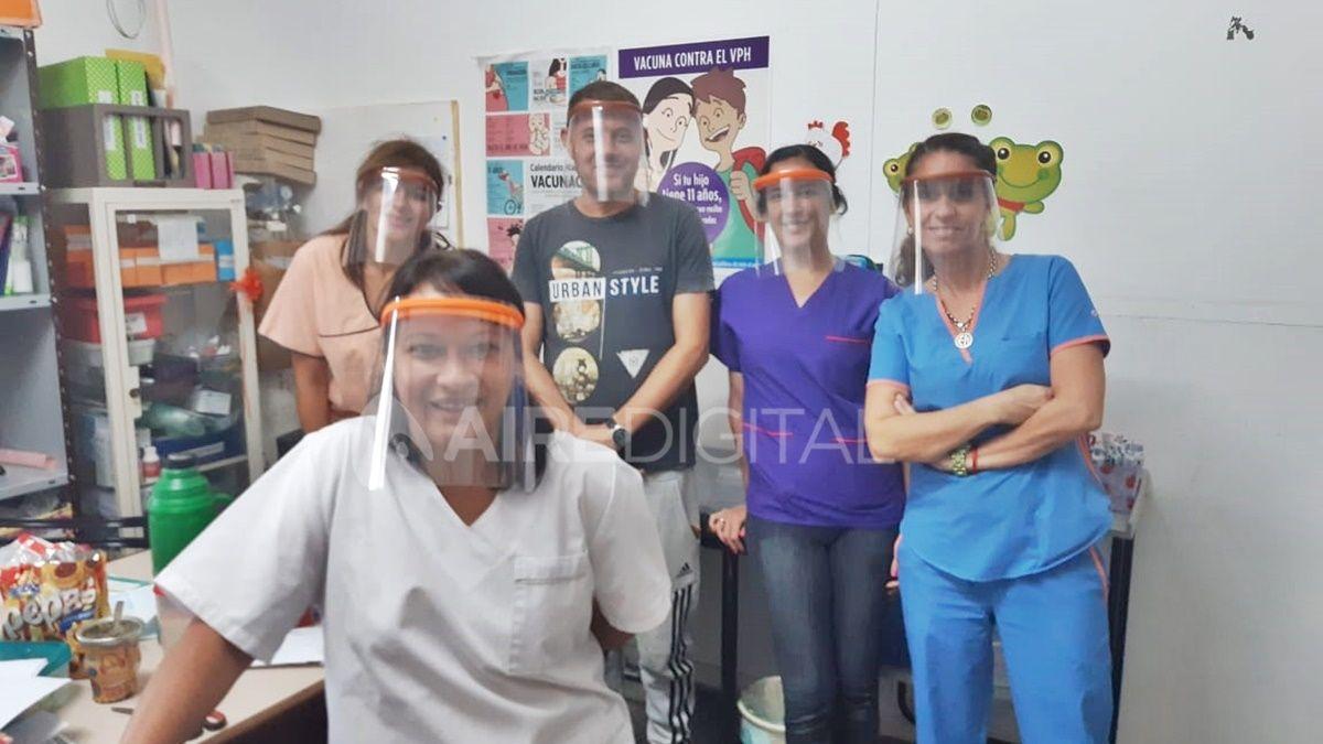 Pablo junto a su familia fabrican máscaras 3D y las donan al personal de salud.