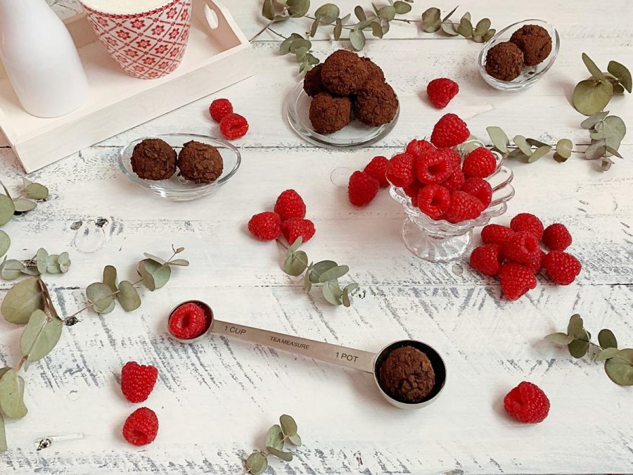 Trufas de chocolate y frutos rojos para comer de postre.