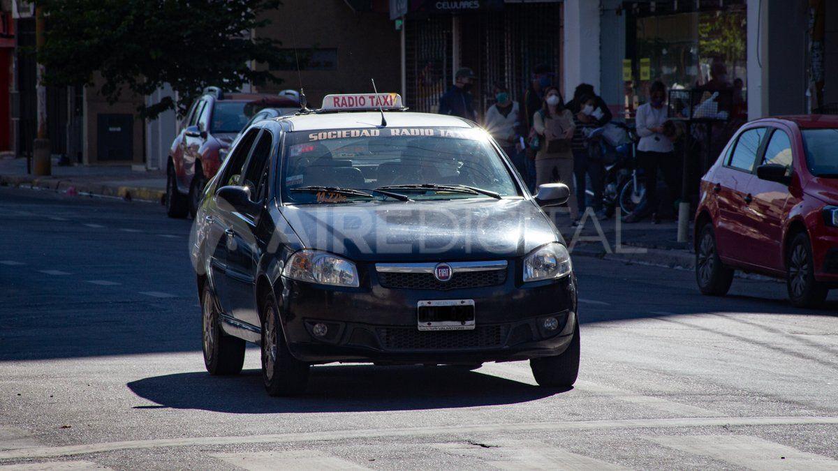 Los taxistas y remiseros representan uno de los sectores que sienten el impacto de la paralización y no reciben ayuda del Estado.