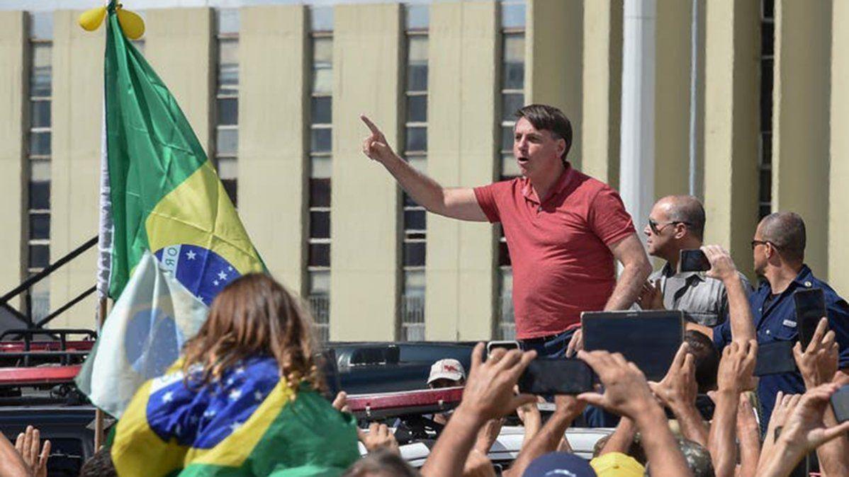 Bolsonaro volvió a ignorar el aislamiento y participó de una ...