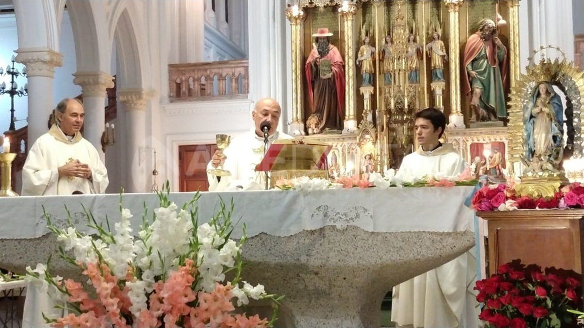 Monseñor Sergio Fenoy durante la consagración del pan y el vino en la misa de Guadalupe.