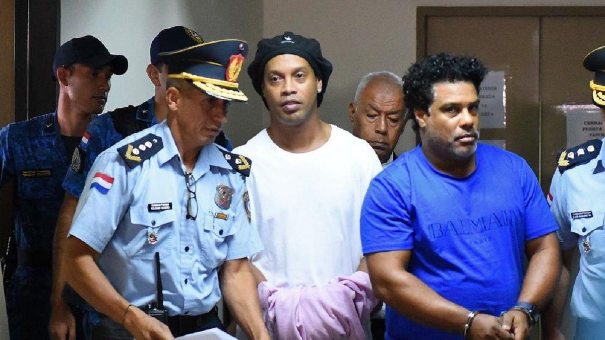 Ronaldinho siendo trasladado al penal.