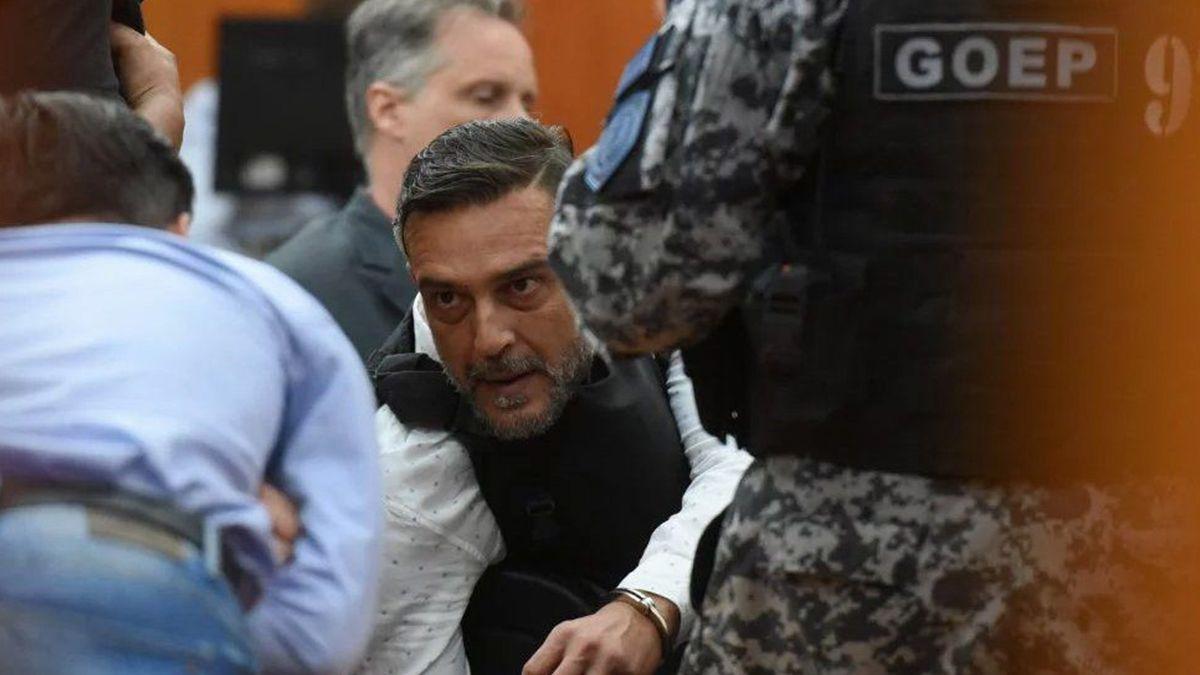 El abogado Claudio Tavella en los tribunales rosarinos en una de las fotos que le tomaron los medios rosarinos (foto: Rosario 12).