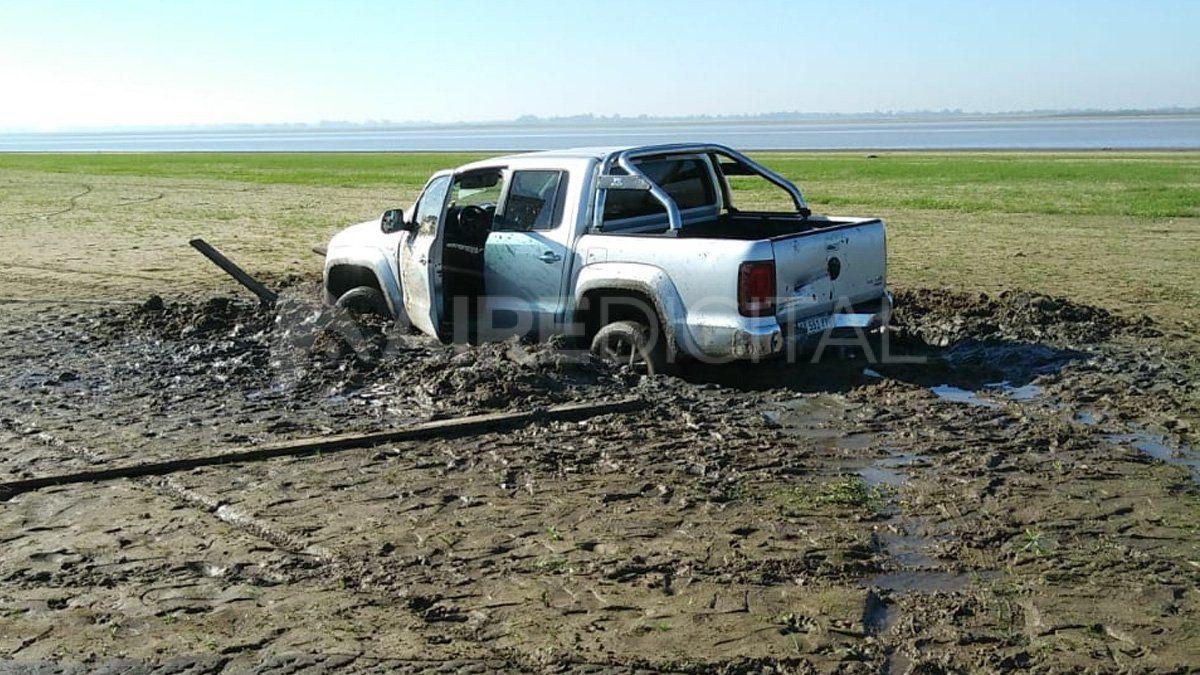 La camioneta estuvo varada desde el sábado a la tarde hasta el domingo a media mañana y tuvo que intervenir maquinaria municipal para poder sacarla.