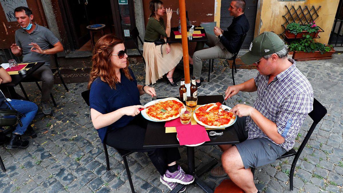 Dos personas comen una pizza en Trastevere